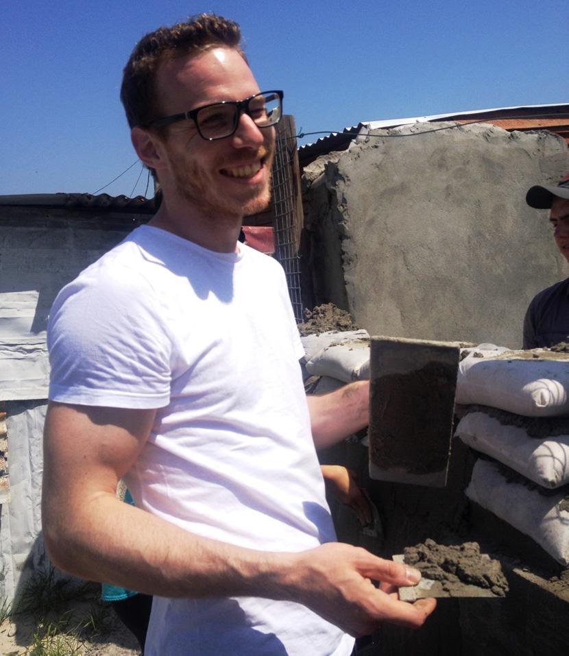 Christoph Karrasch baut eine Mauer im Township Lavender Hill