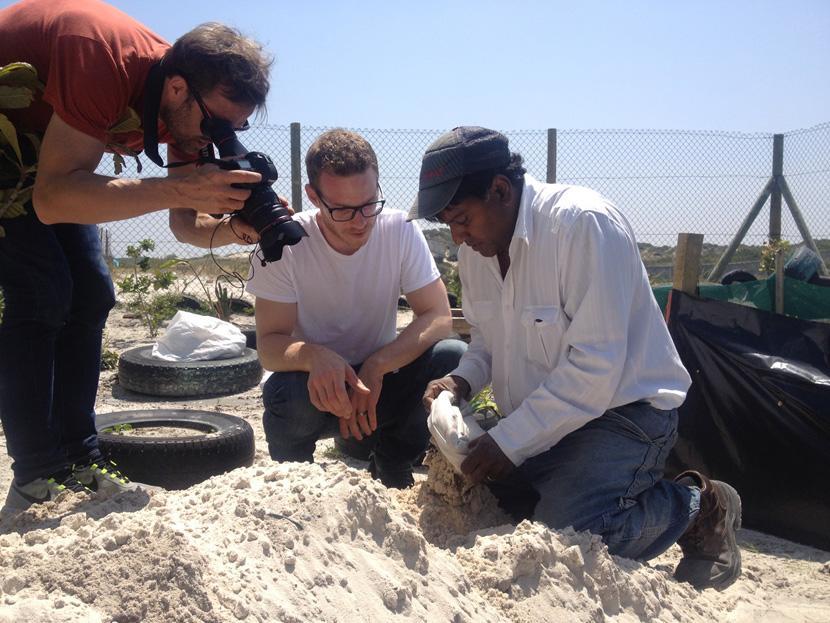 Baustellenleiter Deen Singh erklärt Christoph Karrasch das Sandstein Bauprinzip