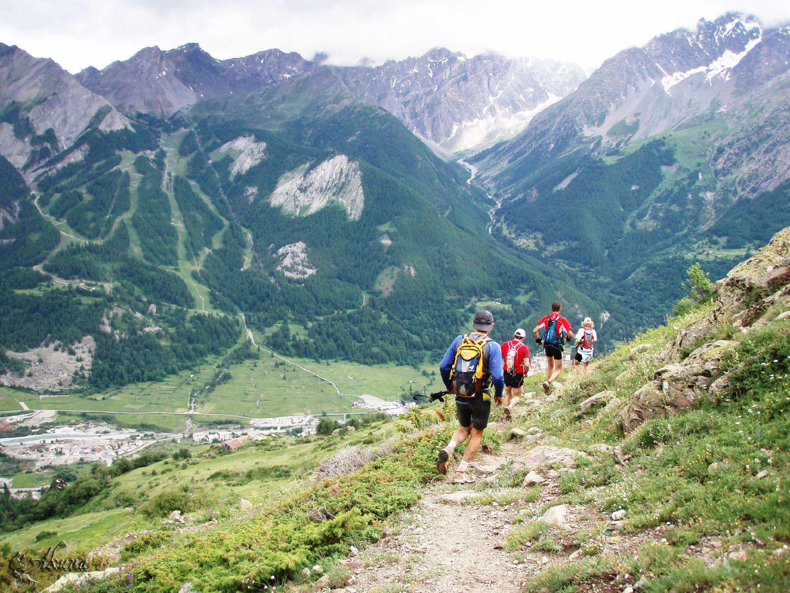Gruppe løber i bjergene