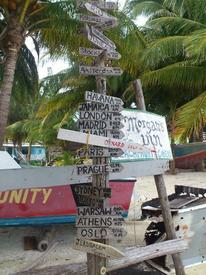 Skilte der viser afstanden til storbyer fra Belize