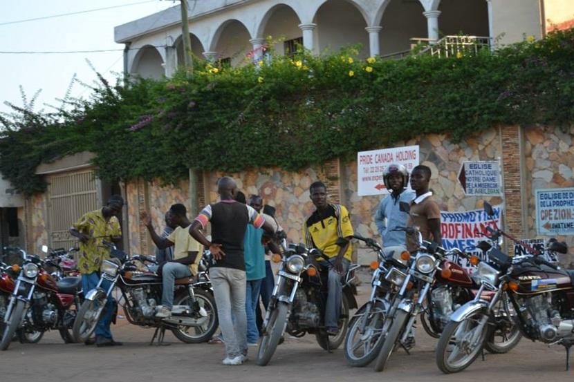 Lokale chauffører venter på kunder i Togo