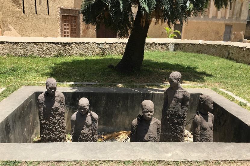 Zanzibar var et knudepunkt under slavehandlen. Mindet om en dyster tid skal opleves i Stone Town. Forbered dig på at blive rørt over de tragiske menneskeskæbner. Foto: Caroline Fuglsig Leidesdorff