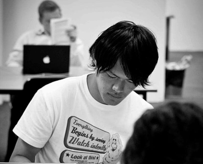Un voluntario revisando artículos durante sus prácticas internacionales con Projects Abroad