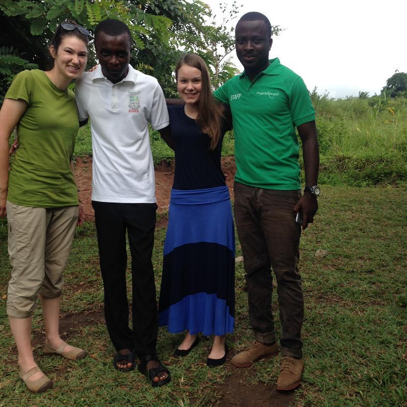 Kaisa Partanen Ghanassa vapaaehtoisen ja paikallisten työntekijöiden kanssa