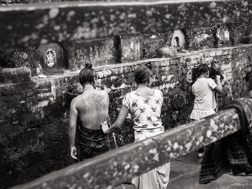 Donne lavano tempio Nepal