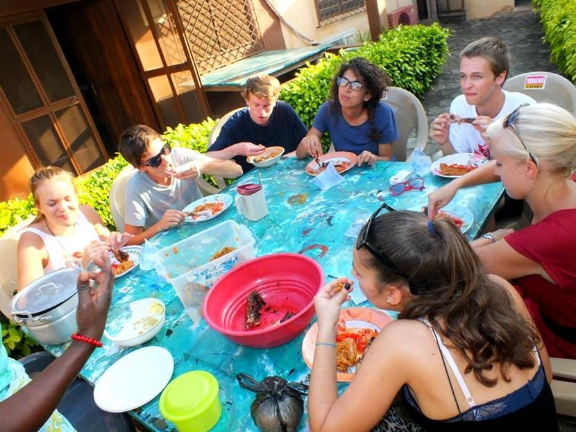 I nostri volontari in Togo pranzano insieme