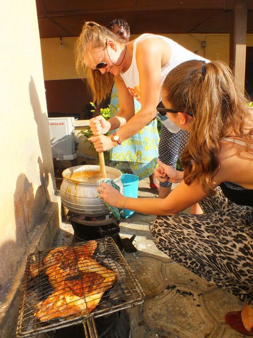 Due volontarie all'opera durante il corso di cucina