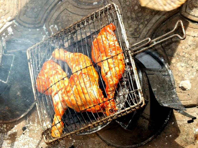 Il pollo djenkoumé in fase di preparazione