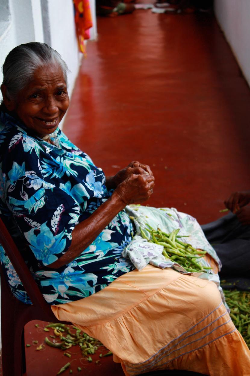 Una donna srilankese dal sorriso dolce