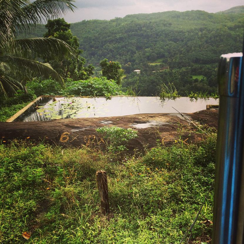 Uno specchio d'acqua tra le colline