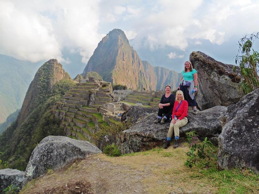 Le volontarie dei campi di volontariato per Over 50 scalano il Machu Picchu in Perù durante il tempo libero