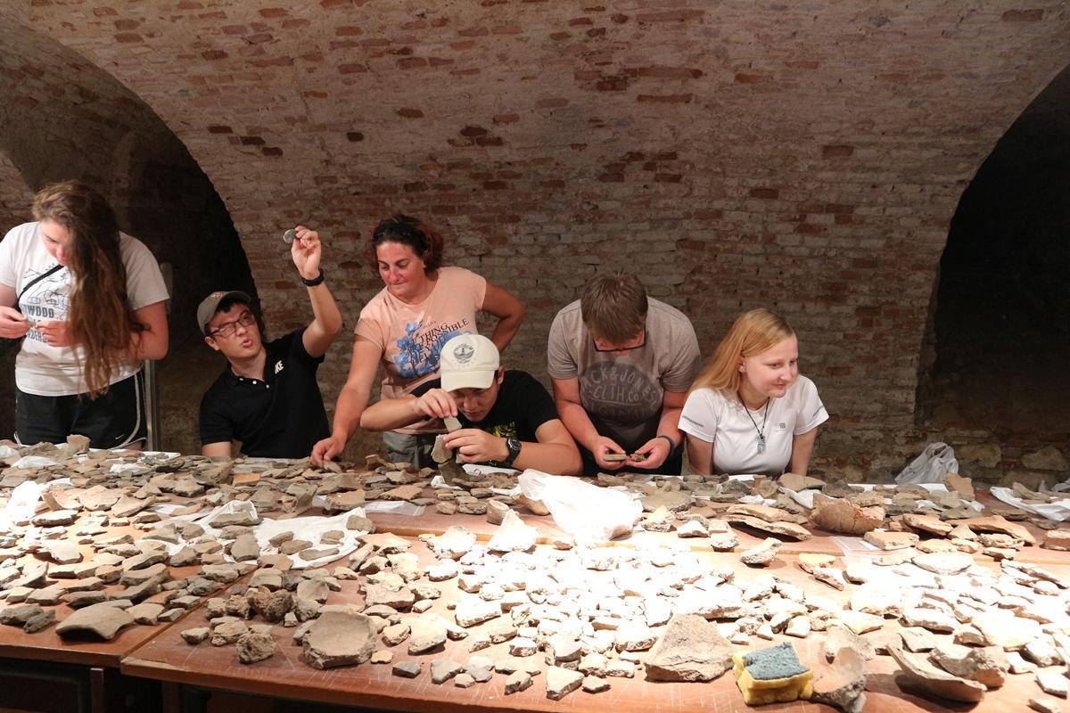 Un gruppo di volontari Senior impegnati nel progetto di Archeologia in Romania