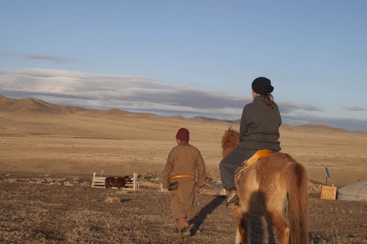 Una volontaria Over 50 nel progetto con i Nomadi in Mongolia in sella ad un cavallo