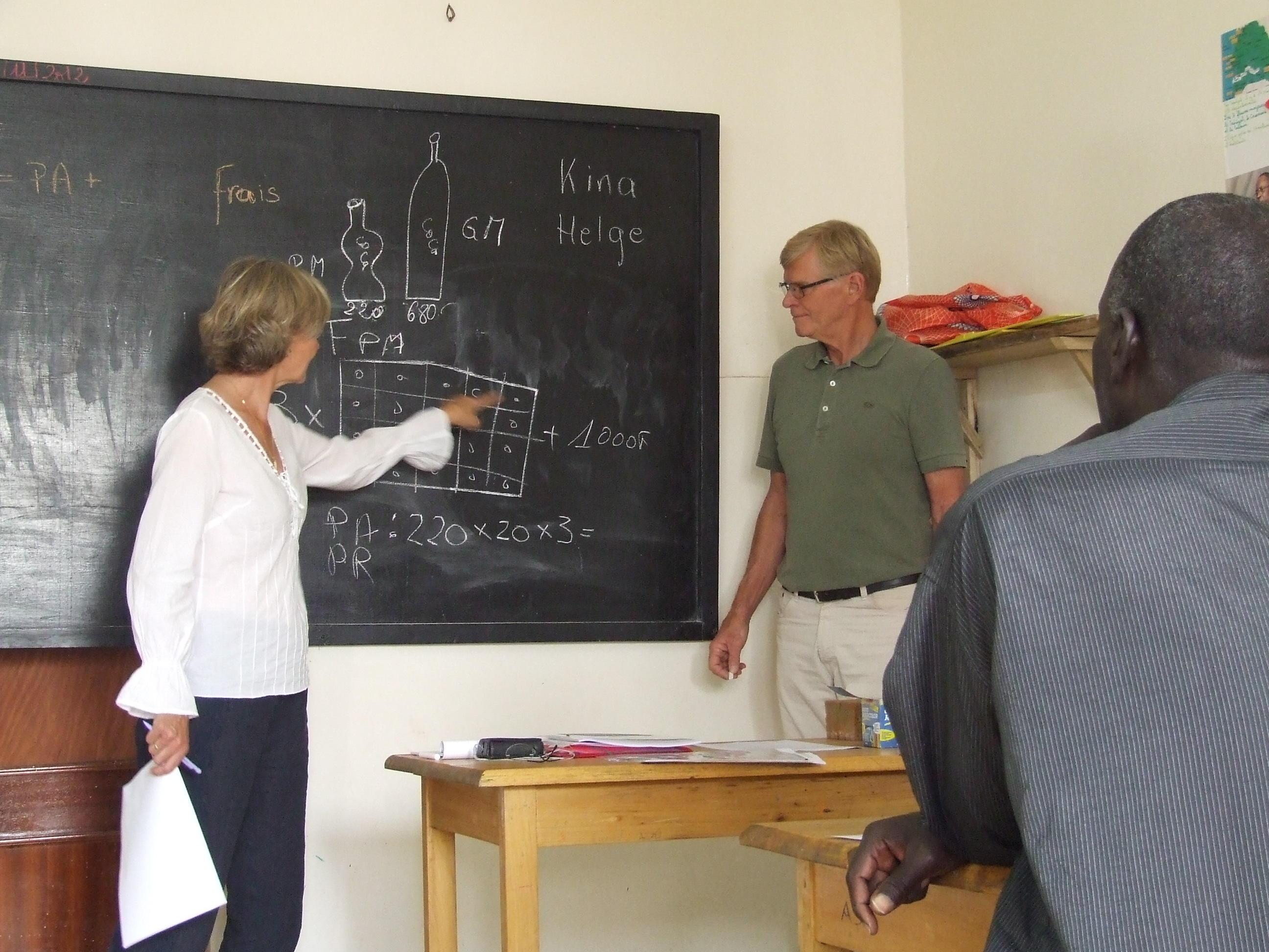 Due volontari Over 50 del progetto di Microcredito in Tanzania insegnano matematica