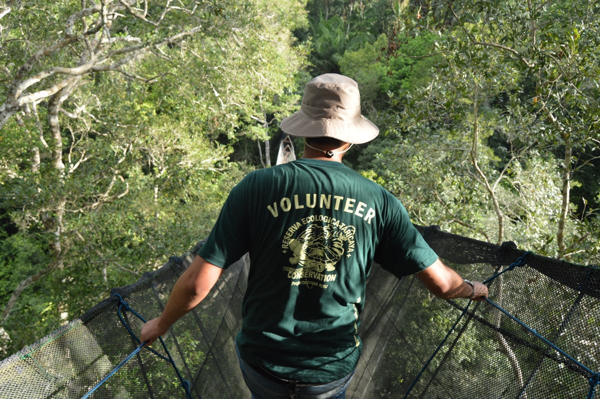 Un volontario senior cammina sul ponte sospeso più alto del Sudamerica in Perù