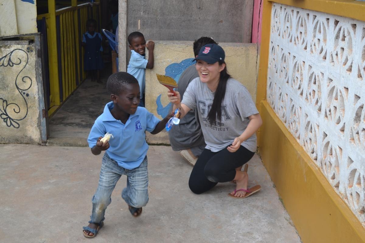 Una giovane volontaria gioca con i bambini in Ghana