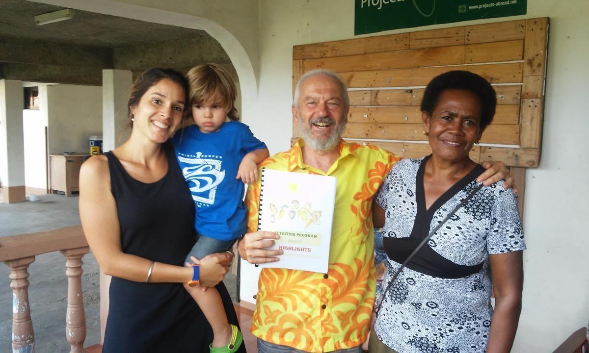 Il volontario alberto consegna il compendio sulle attività del progetto di nutrizione alle Fiji