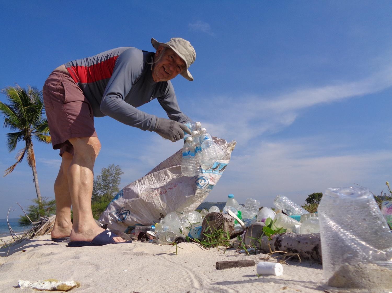 Alberto impegnato nella pulizia delle strade durante il progetto di volontariato in Cambogia