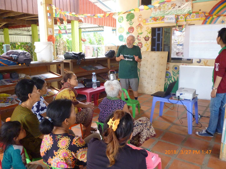 Il volontario Alberto durante le attività di sensibilizzazione in Cambogia