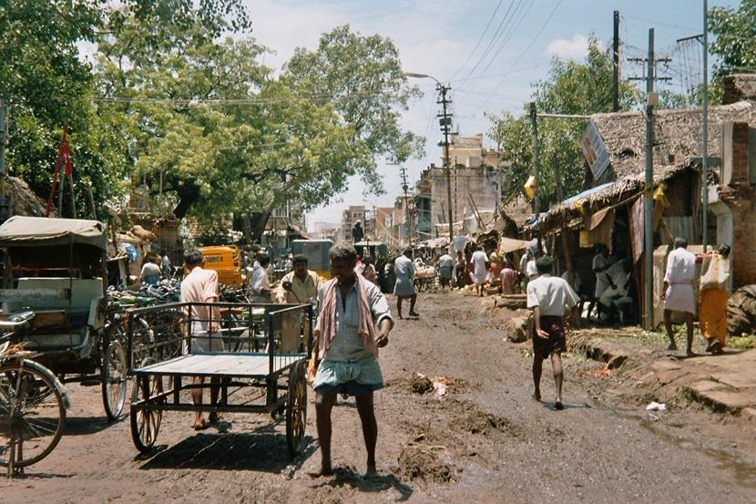 リキシャを引くインド人と街中の通り