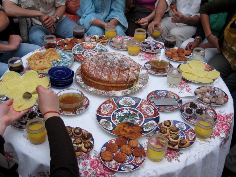 モロッコ料理を囲んで食事をとる人々