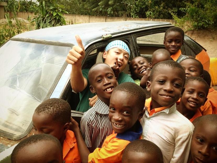 ガーナでケア活動に参加している日本人ボランティア