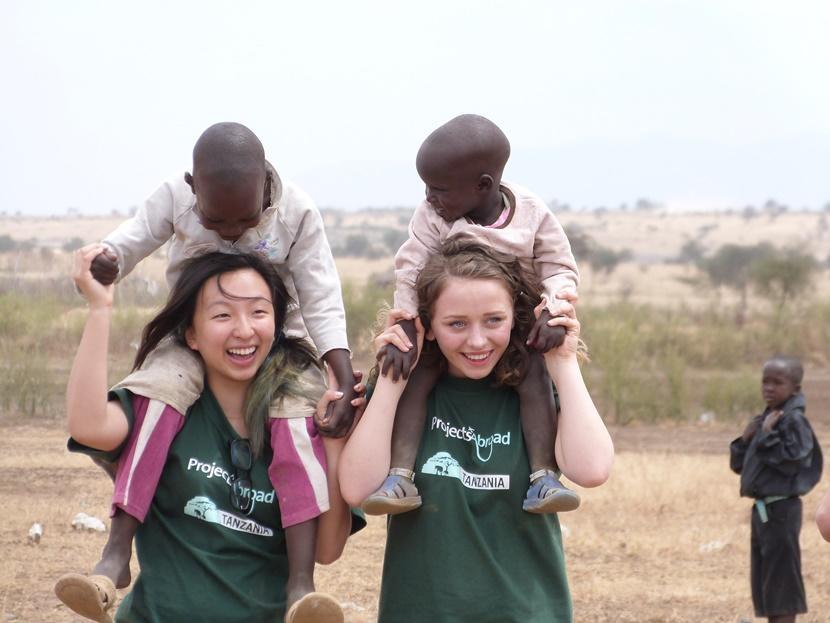 高校生スペシャルプロジェクトで子供と遊んでいる日本人ボランティア