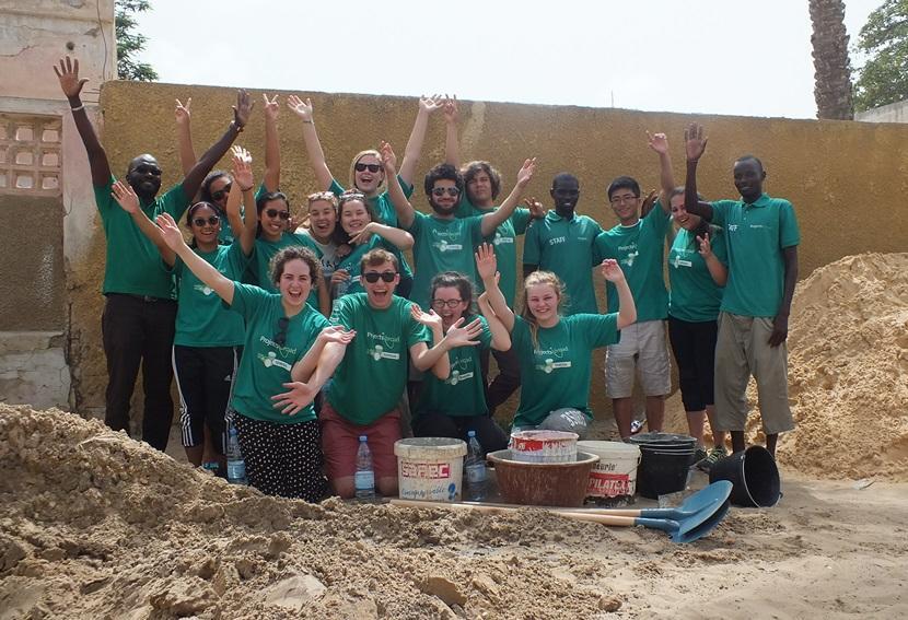 西アフリカのセネガルでボランティア活動に参加している高校生