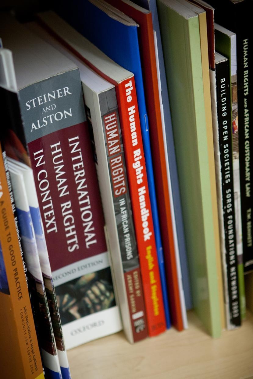 南アフリカPAHROオフィスにある法律&人権に関する本