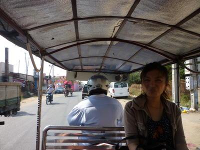 日本人ボランティア カンボジアでトゥクトゥクを体験!