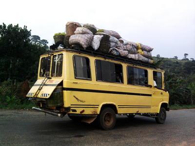 海外ボランティア ガーナで見かけた荷物いっぱいのワゴン