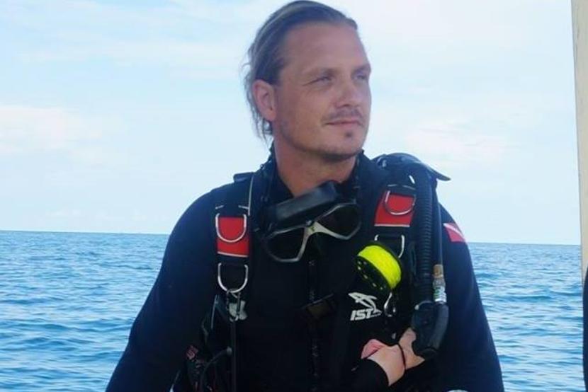 Projects Abroad medewerker Roger op de boot na een duik op het Natuurbehoud project in Cambodja