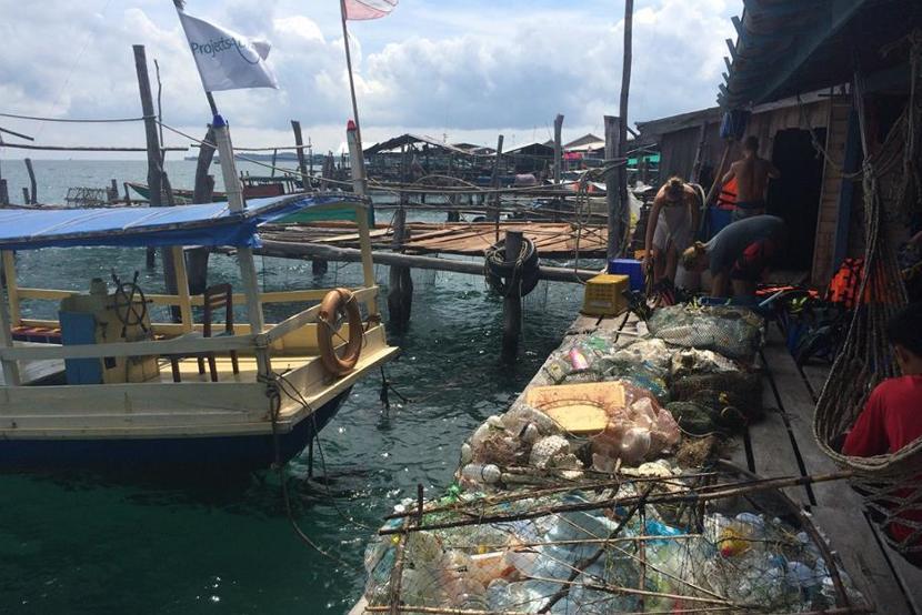 Afval na een strandschoonmaak actie op het natuurbehoud project in Cambodja
