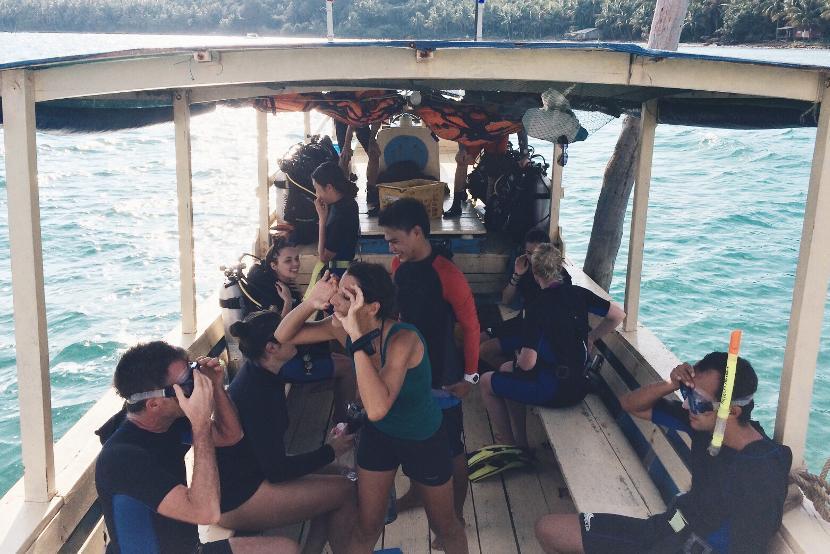 Projects Abroad vrijwilligers op de boot op weg naar een duiklocaties voor onderwateronderzoek