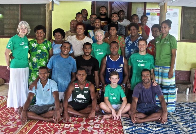 Jill, een volwassen Projects Abroad vrijwilliger, gaat op de foto met de groep van het voedingsproject in Fiji