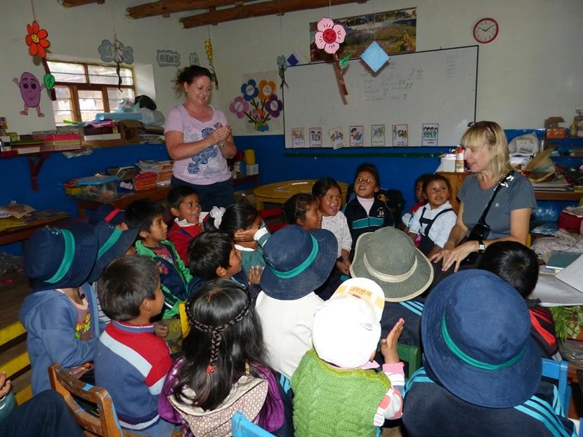 Sheena, een volwassen vrijwilliger van Projects Abroad tijdens haar sociale zorg project in Peru, temidden van een groep schoolkinderen.