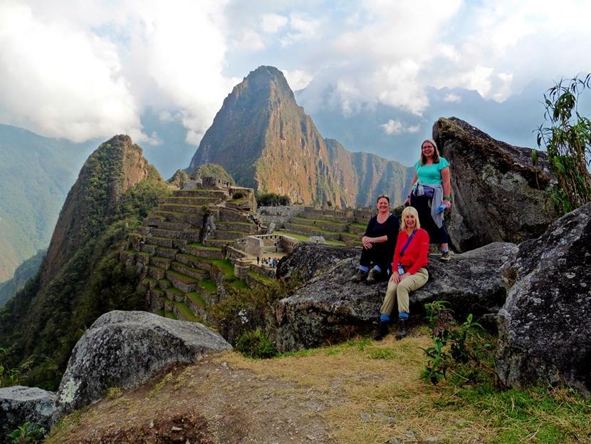 Deelnemers aan de volwassenenreis tijdens de beklimming van Machu Picchu in hun vrije tijd