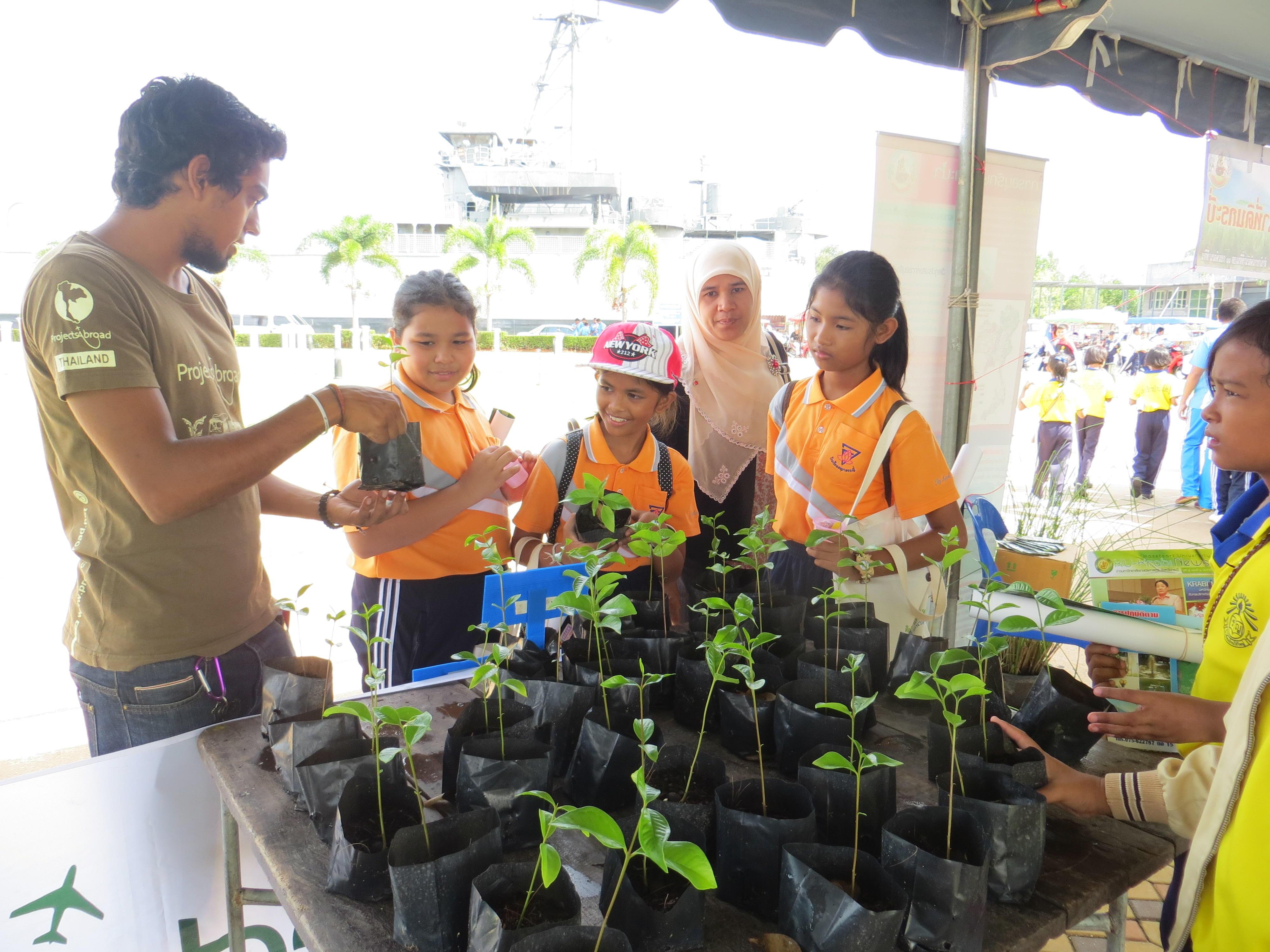 Vrijwilligers op het natuurbehoud project in Thailand onderwijzen kinderen over het belang van mangroven.