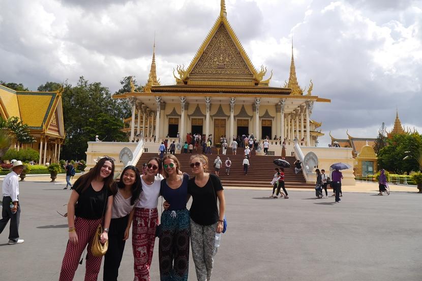 Vrijwilligers van de jongerenreis hebben in het weekend tijd om de cultuur en geschiedenis van Cambodja te leren kennen.