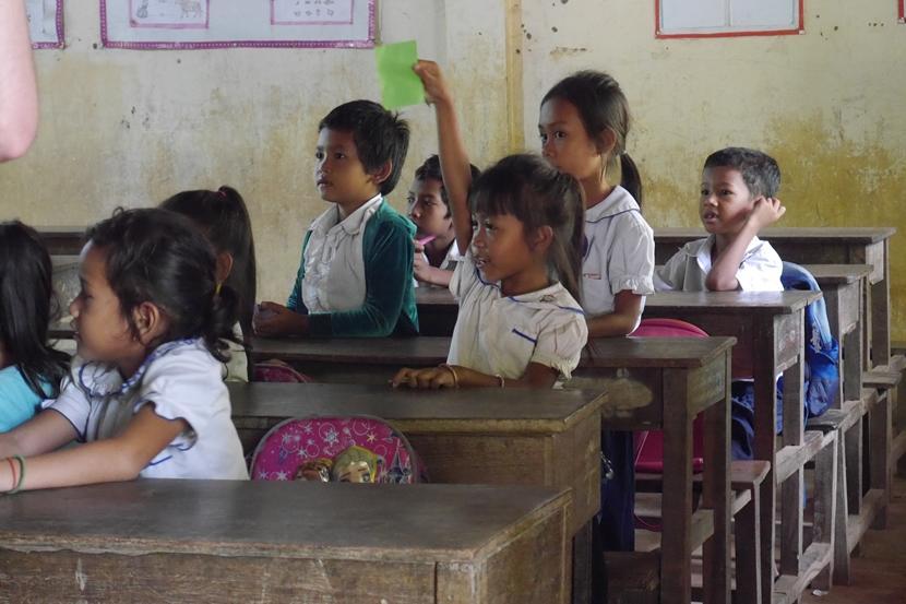 Schoolkinderen in Cambodja kunnen de vrijwilligers van de jongerenreis alle vragen stellen die ze hebben.