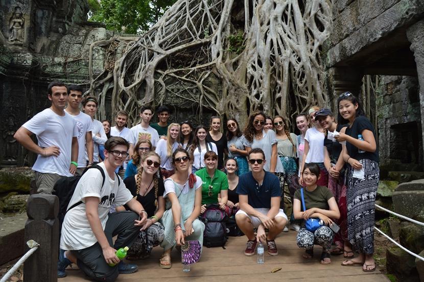 Jongerenreis coordinator Jeske en de vrijwilligers bij Angkor Wat in Cambodja.