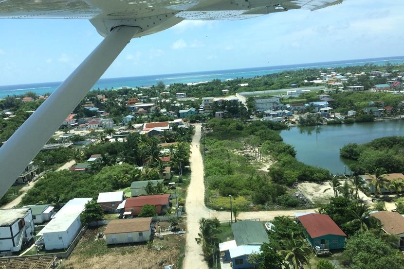 Een klein vliegtuig brengt je van het vaste land van Belize naar Placencia, waar het natuurbehoud project plaatsvindt.