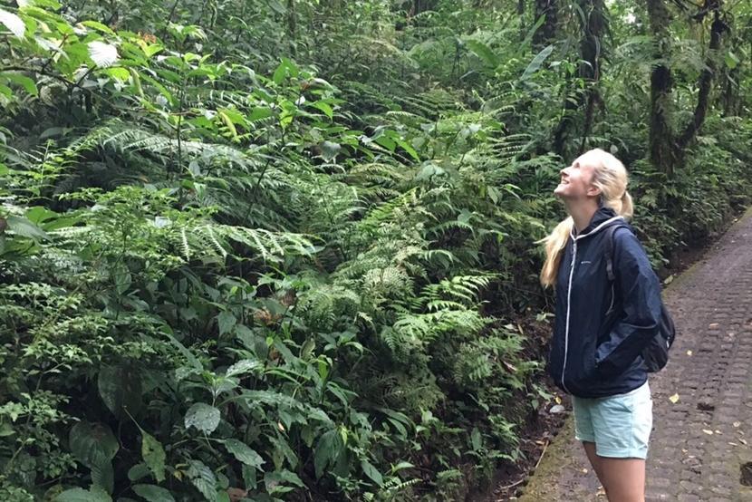 In het Barra Honda natuur reservaat kijkt Fenne naar het regenwoud.