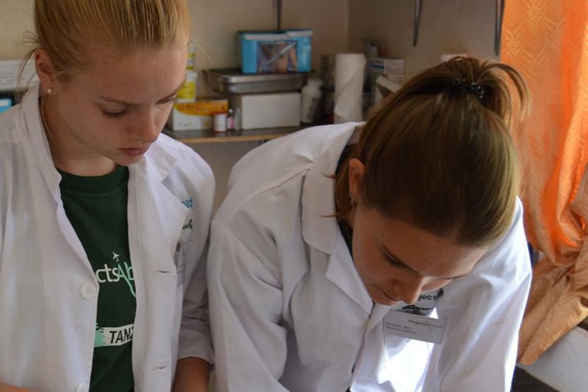 Als onderdeel van het geneeskunde project helpen Iris en Rochelle bij een medical outreach en doen nieuwe kennis op.