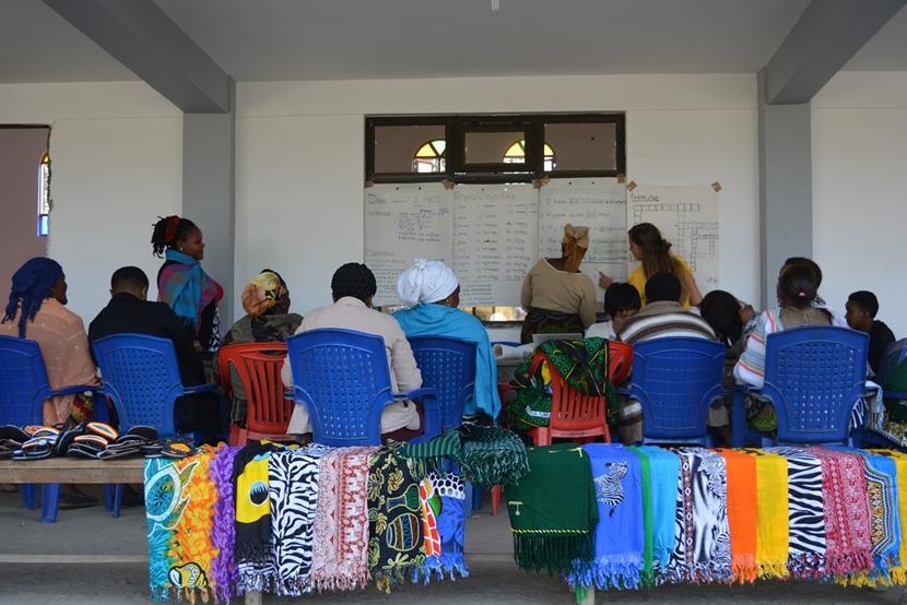De vrouwen die een lening hebben ontvangen, krijgen training van een vrijwilliger.
