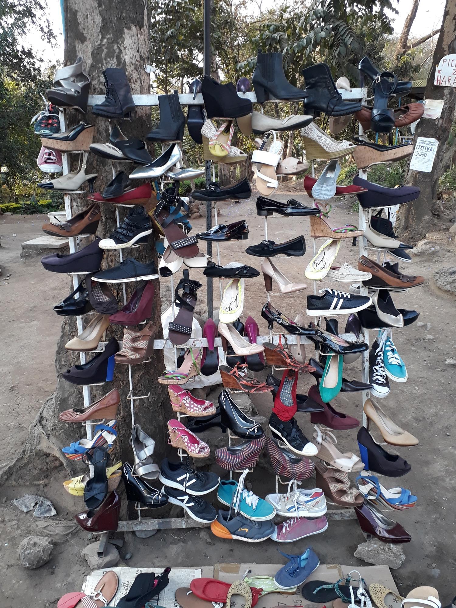 Als je vrijwilligerswerk in Arusha hebt gedaan, dan is de kans groot dat je een van deze schoenenrekken tegen bent gekomen op straat.