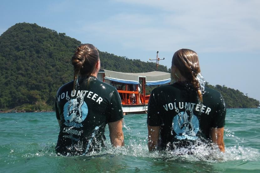 Vrijwilligers nemen deel aan een jongerenreis en duiken in Cambodja.