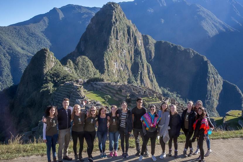 Deelnemers aan de groepsreis voor jongeren naar Peru bezoeken Machu Picchu tijdens het weekend.