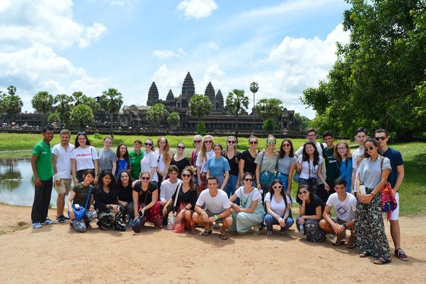 De jongerenreis in Cambodja brengt in het weekend een bezoek aan het tempelcomplex Angkor Wat in Siem Reap.