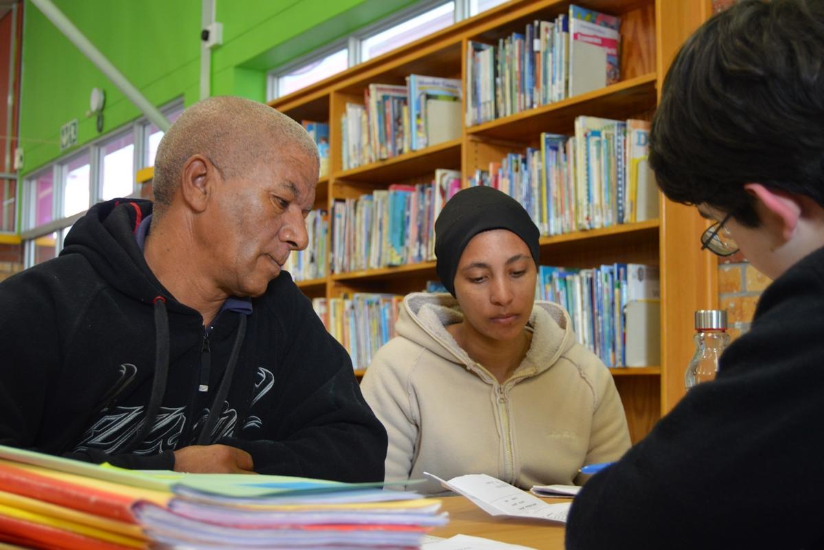 Een deelnemer van een jongerenreis doet ervaring op in de rechten in Kaapstad.